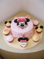 Minnie-Mouse-cake-with-cupcakes