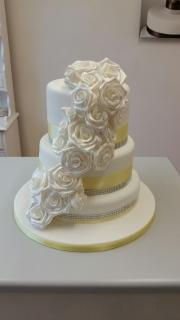 Pearlised rose wedding cake