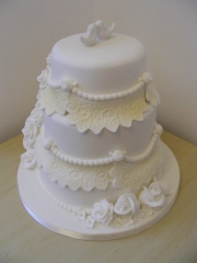 lace-and-roses-wedding-cake
