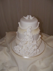 roses-cascade-wedding-cake